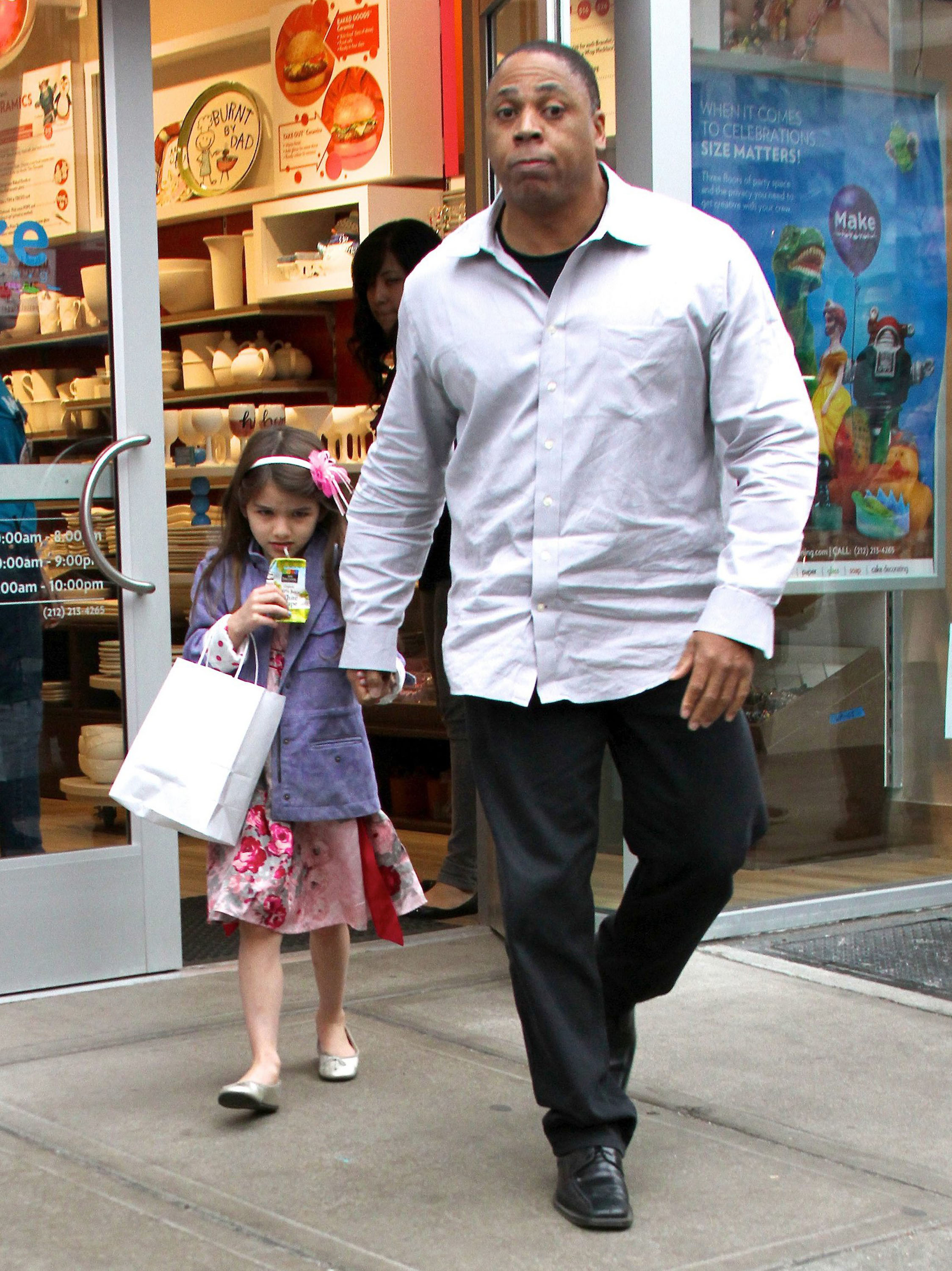 Suri Cruise Drinks Juice With Her Bodyguard Today S Parent