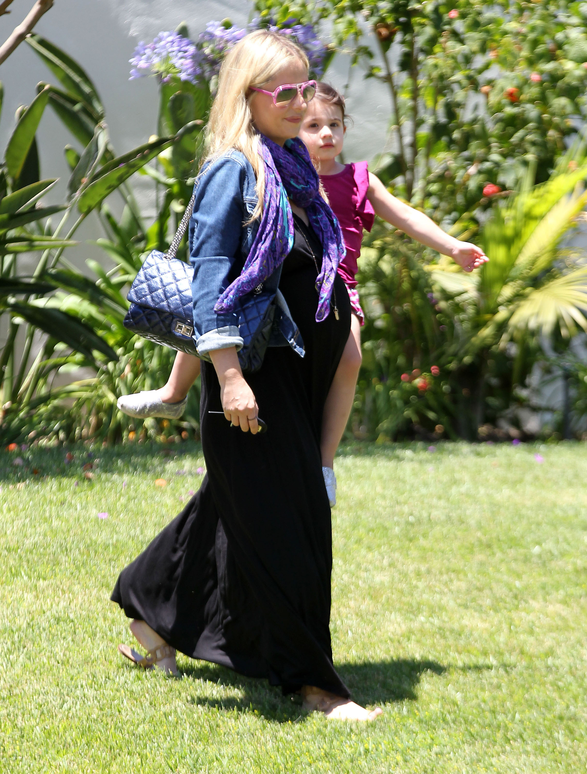 Pregnant sarah michelle gellar in heavy black maternity dress cute but i think the scarf denim jacket and dark purse especially with the black dress are a little heavy for summer you heres a full length shot ombrellifo Choice Image