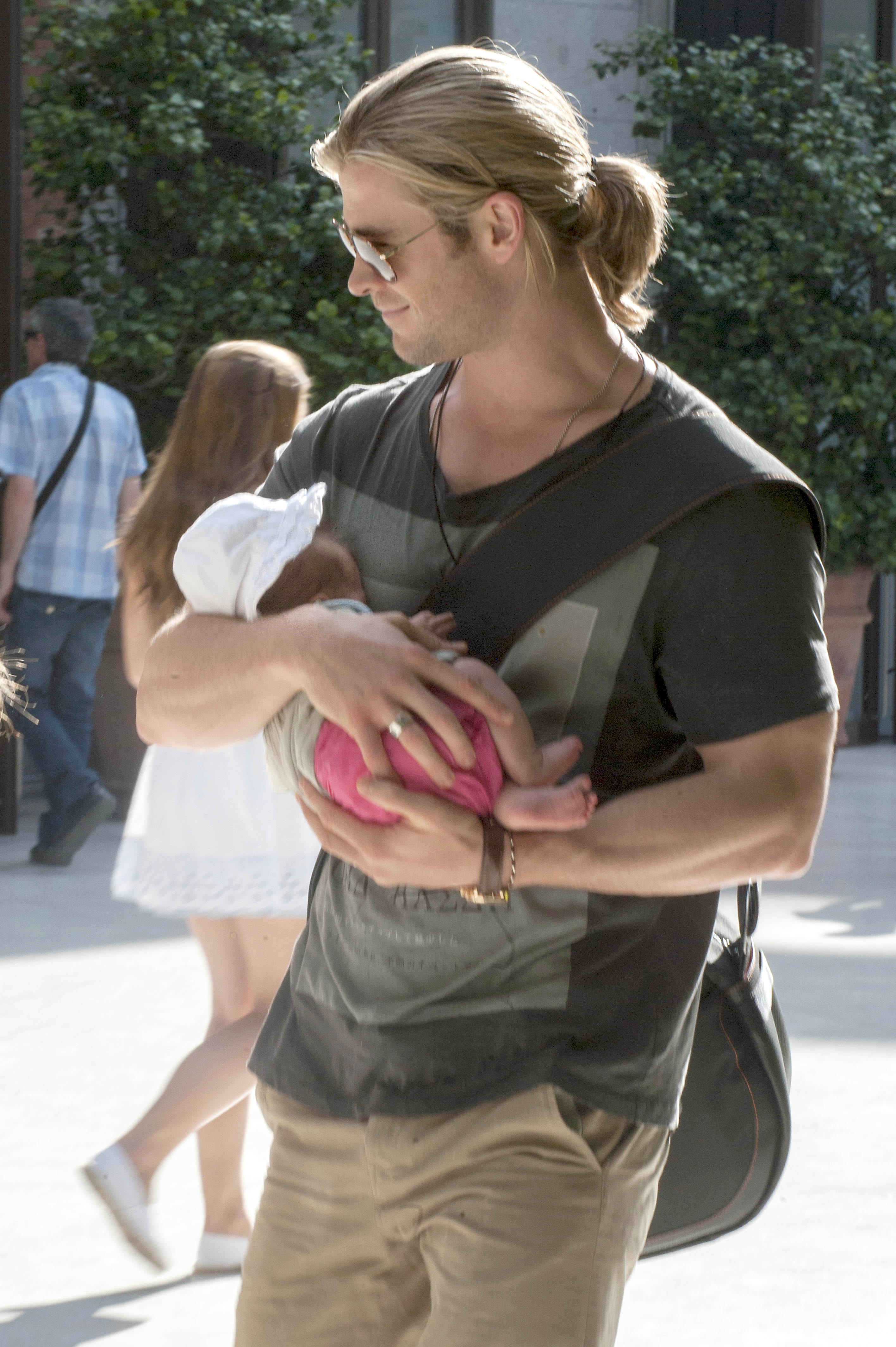 Chris Hemsworth holds baby India Rose in Madrid - Today's ...