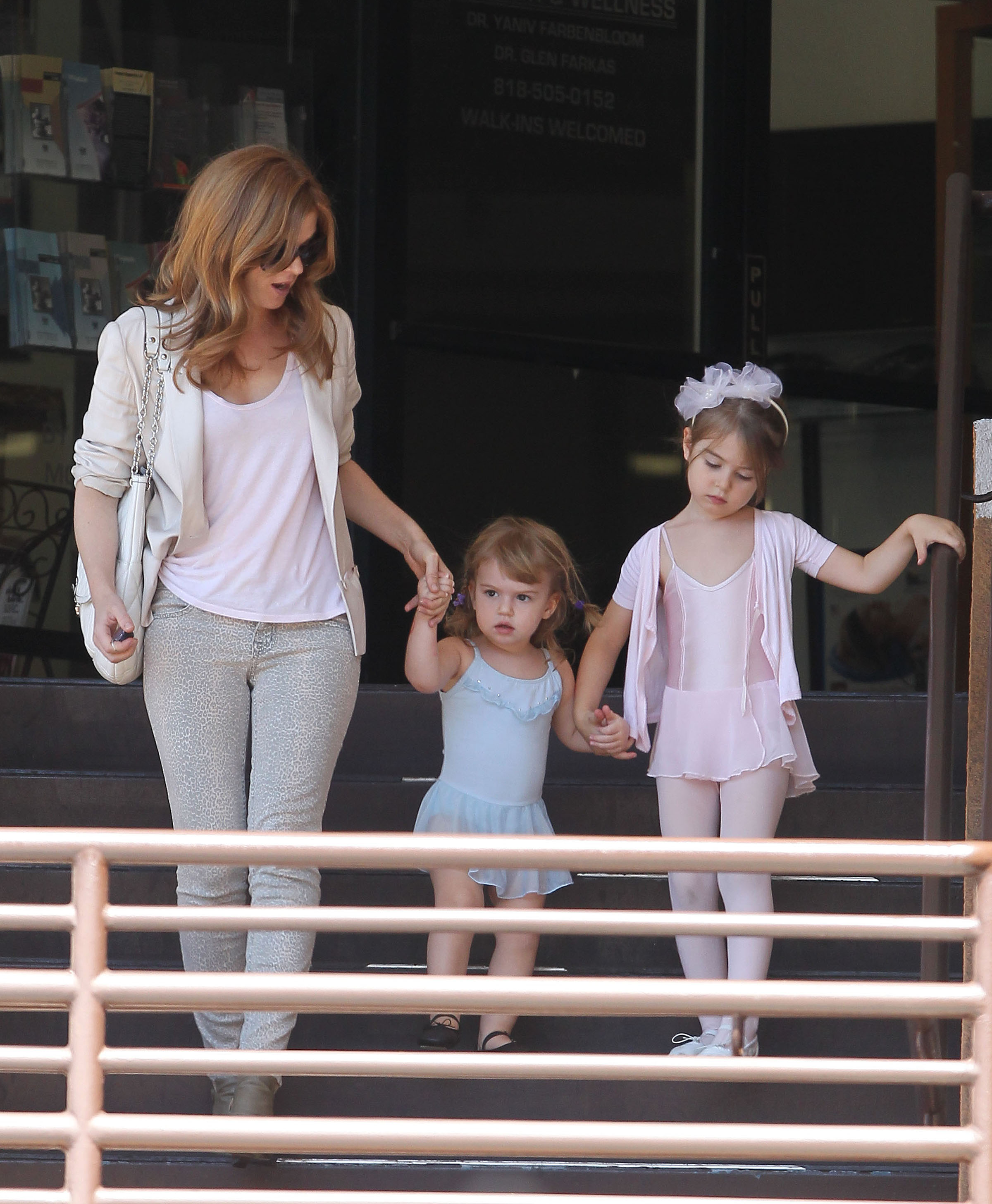 Isla Fisher and daughter Olive Cohen out for a treat (UPDATED) - Today's Parent