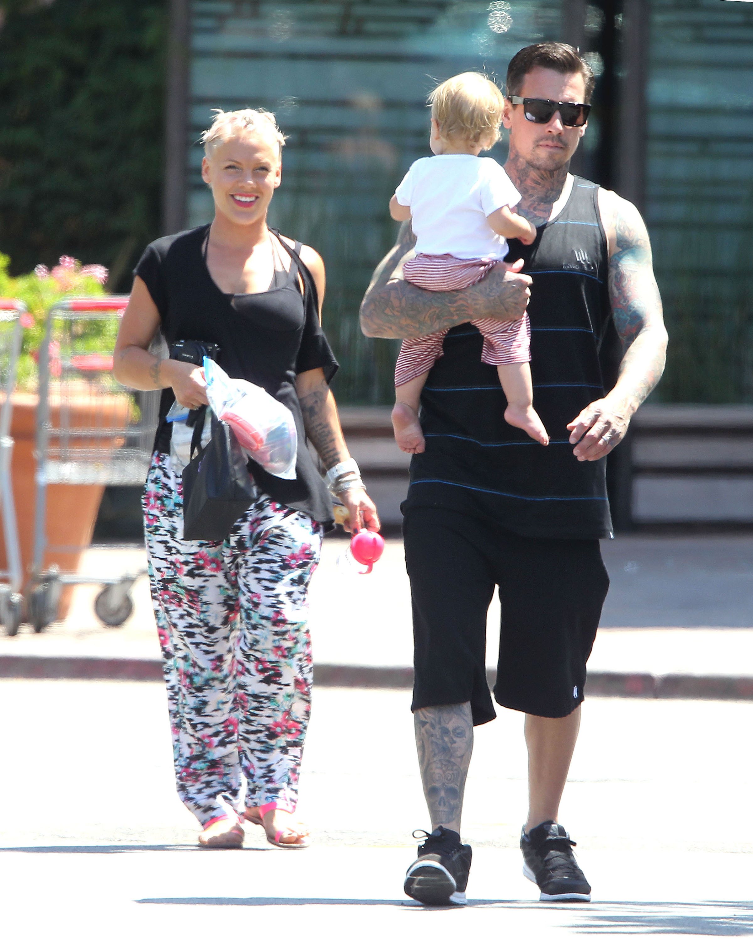 Pink Carey Hart And Baby Willow What S For Lunch