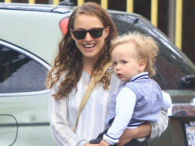 Natalie Portman: Smiling with Aleph (photo)