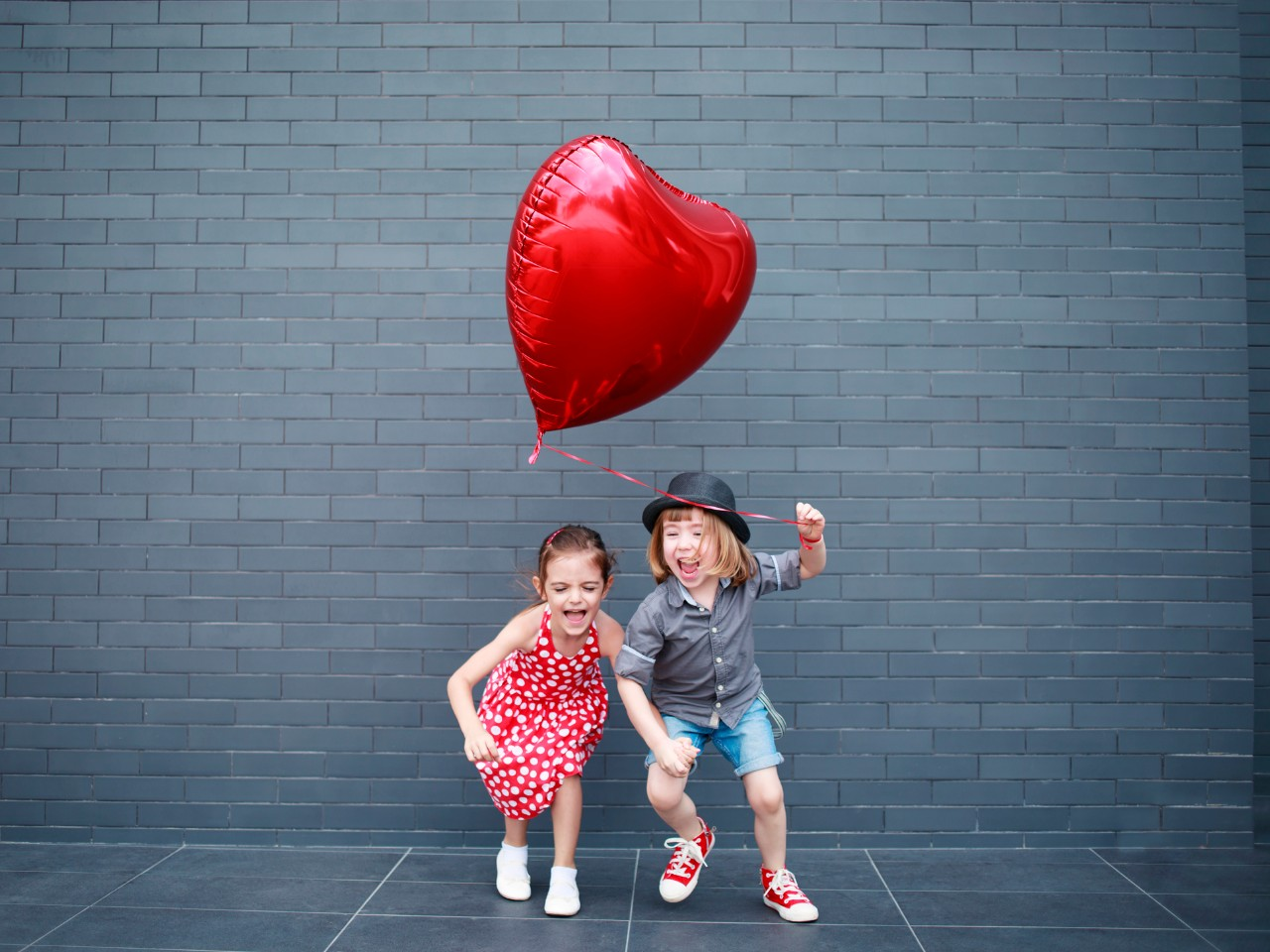 kids with heart balloon