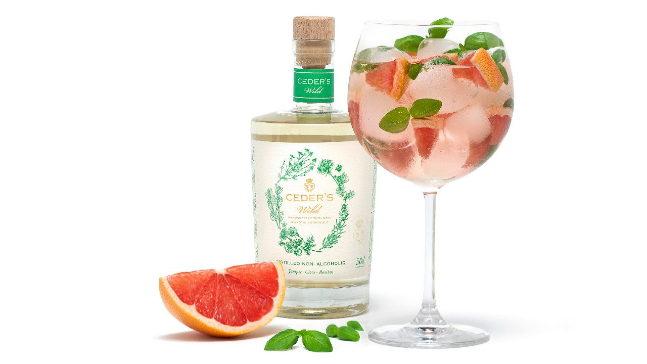 bottle of non-alcoholic gin with grapefruit wedge and cocktail