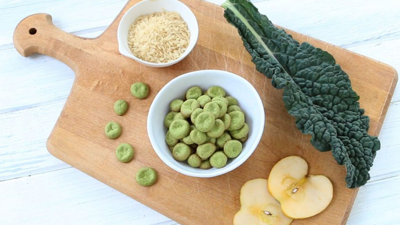 baby food recipes green baby puffs on a wooden cutting board with kale, rice and apple slices